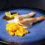 Specerijen ijs met stroop van sinaasappel met mango