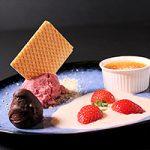 Kriekenbier-kersensorbet, sabayon van kriekenbier en crème brûlée met appel en een gecamoufleerde aardbei.