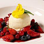 Gemarineerd rood fruit in portsaus met basilicumsiroop    en vanilleijs