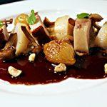 Buikspek met aardpeer, rode wijnsaus, coquille, uitjes, paddenstoelen en hazelnoot