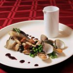 Heilbot met kokkels, paddenstoelen en dragonjus